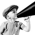 Manifiesto niño al megafono